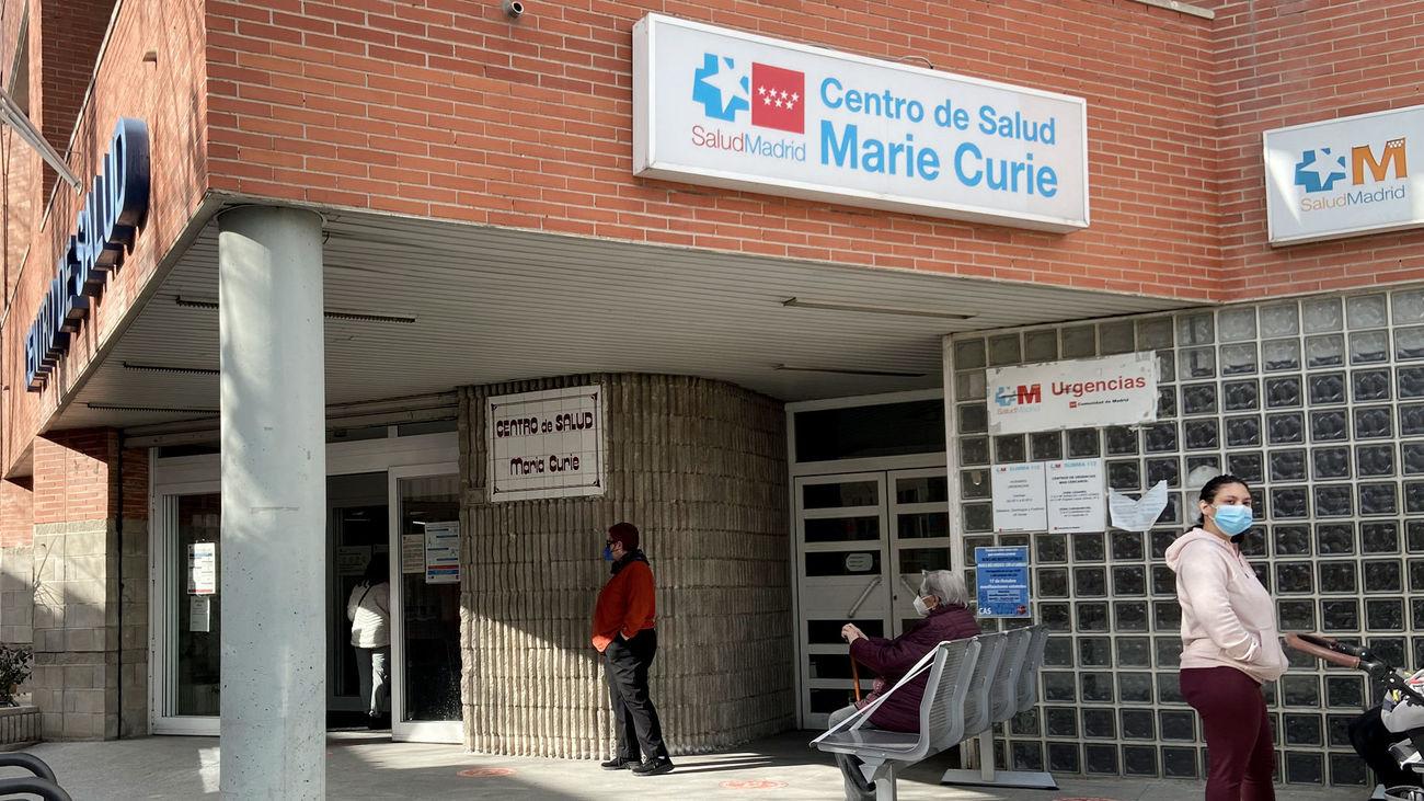 Varias personas esperan en las inmediaciones del Centro de Salud Marie Curie perteneciente a la ZBS de Marie Curie, en Leganés