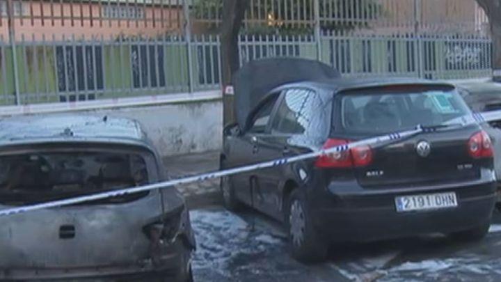 Arden en plena calle al menos 5 coches en Torrejón