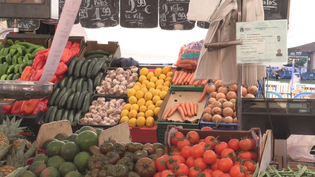 """Vendedores ambulantes del mercadillo de Fuenlabrada: """"La situación está fatal"""""""