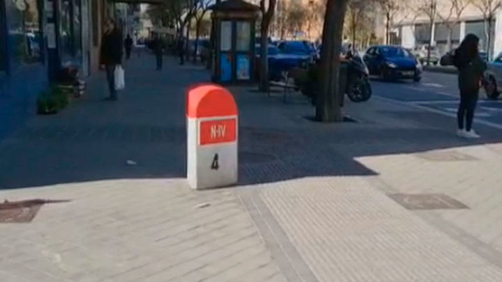 ¿Qué hace un mojón en medio de la acera en la calle Antonio López?
