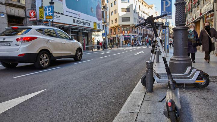 Madrid quiere poner fin a los patinetes, motos y bicicletas mal aparcados