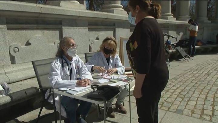 Los médicos de Madrid sacan sus consultas al Retiro en protesta por la situación de la Atención Primaria