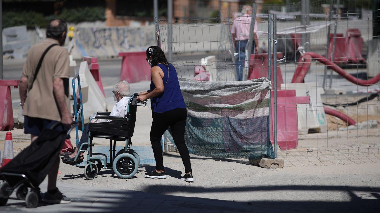 Personas atraviesan la zona de obras en la operación Mahou-Calderón