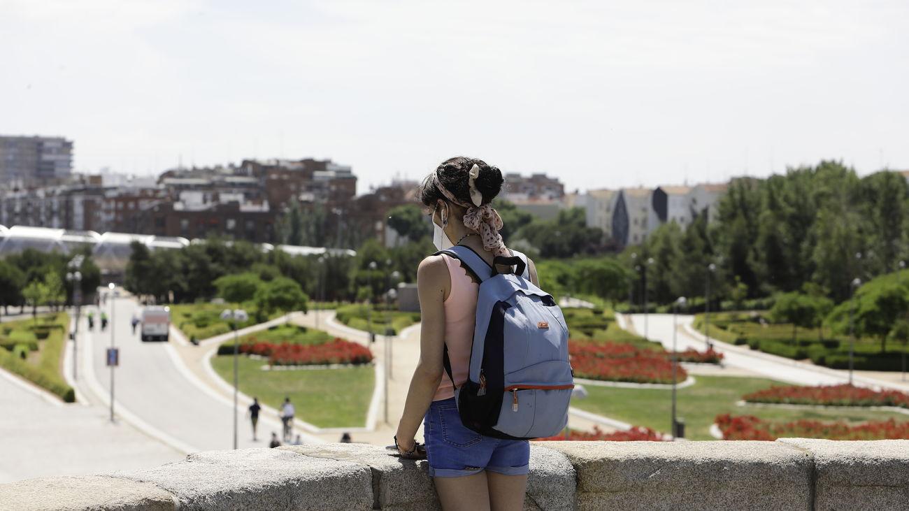 Una mujer observa una de las zonas de Madrid Río