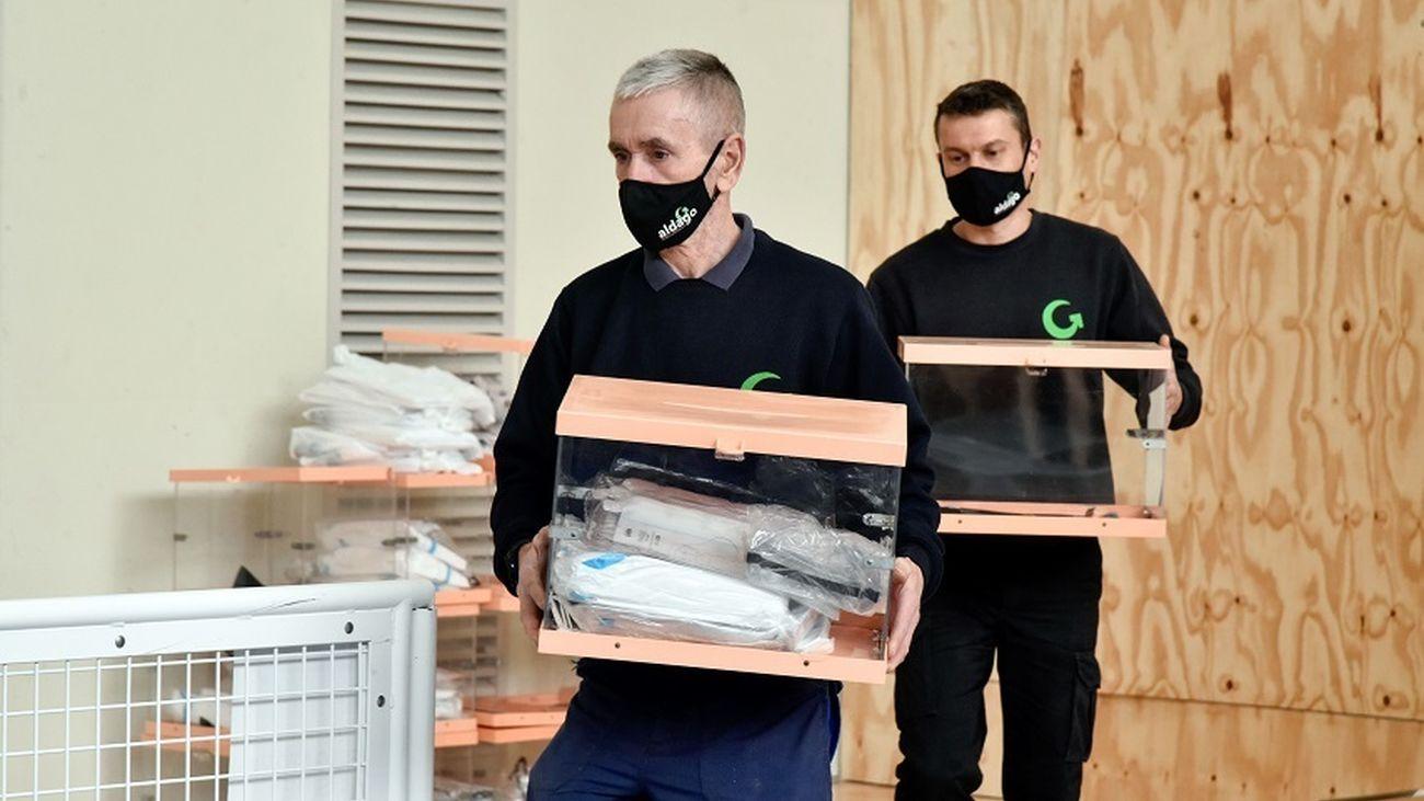 Operarios trasladando las urnas