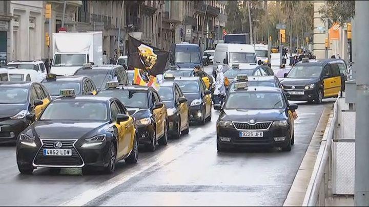 Los taxistas colapsan Barcelona en protesta contra la vuelta de Uber que defiende su legalidad