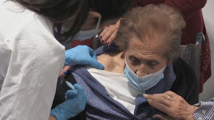 Los mutualistas mayores de 80 años reciben sus vacunas en el Zendal durante el puente