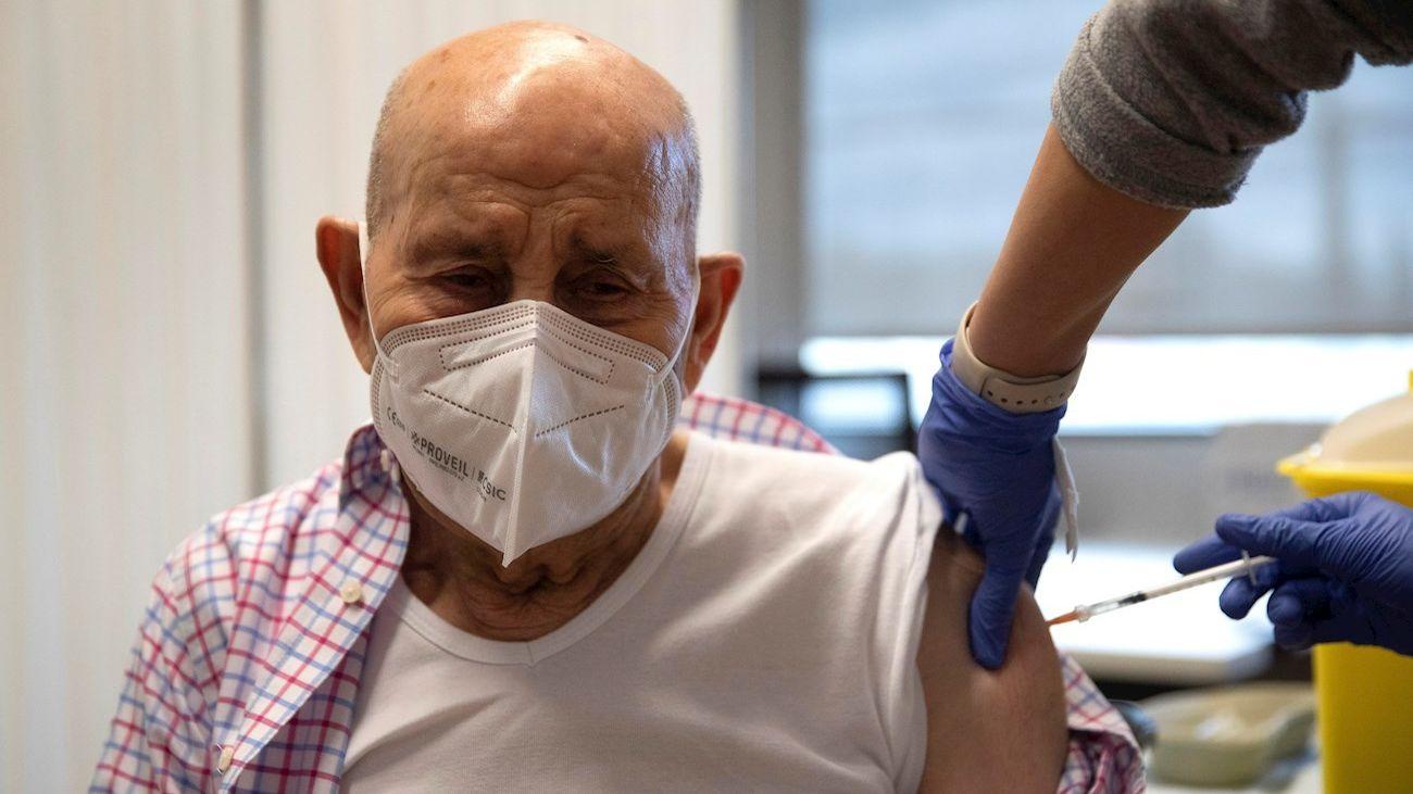 Un hombre se vacuna contra el covid-19