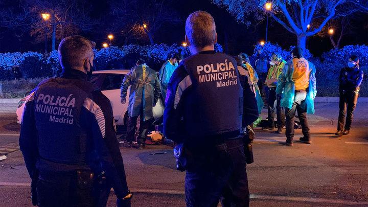 Motorista en estado grave tras impactar con un vehículo estacionado en La Latina