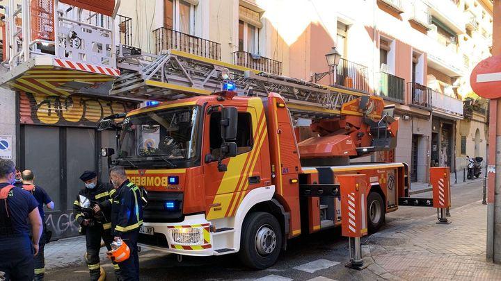 Un intoxicado en el incendio de una vivienda en el distrito Centro de Madrid