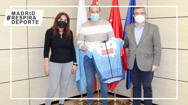 El Ayuntamiento de Arganda y el CD Elemental Triatlón firman un acuerdo de colaboración