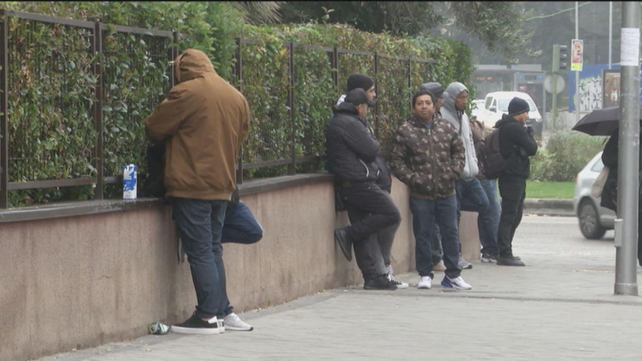 Trabajos mal pagados, en negro y ahora también delictivos para los inmigrantes en Plaza Elíptica