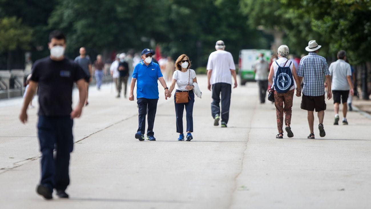 Madrid evita el temido repunte de contagios tras el fin del estado de alarma, pero se mantiene en riesgo alto
