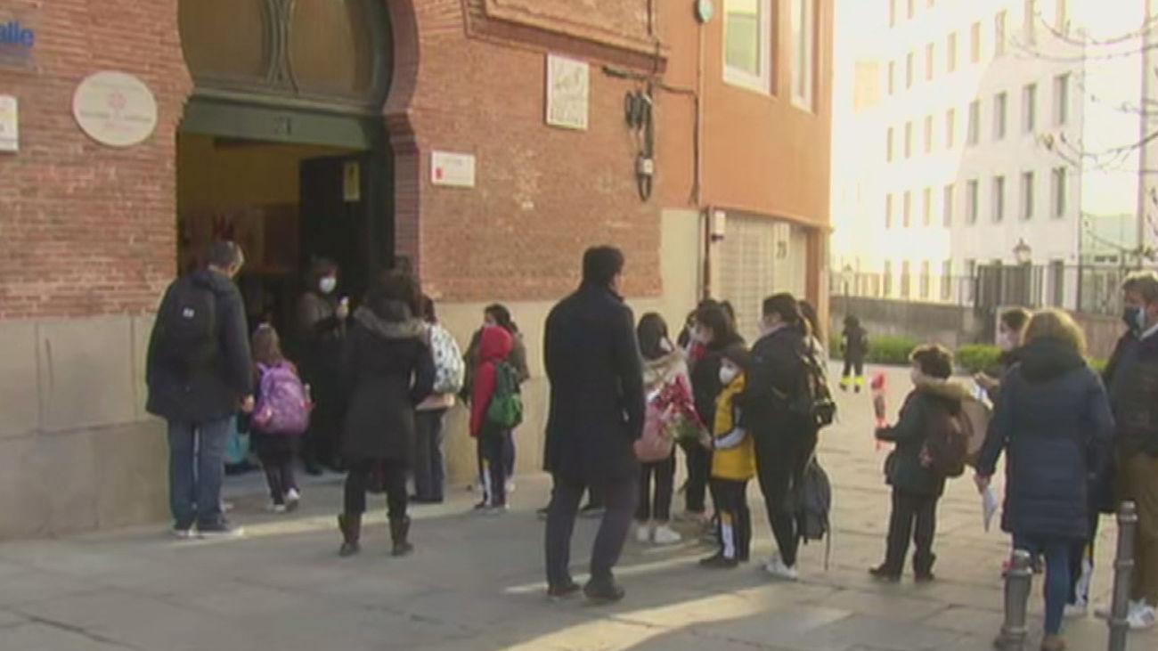 Con ramos de flores vuelven a clase los niños del colegio La Salle de la calle Toledo dos meses después de la explosión