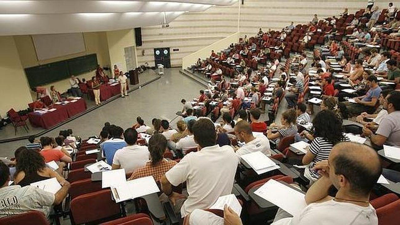 Realización de exámenes en una oposición para profesores en Madrid
