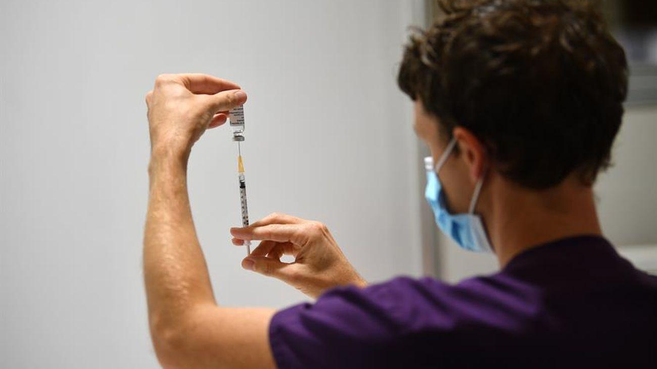 La vacuna de AstraZeneca, con los 65 años de momento como edad límite en España