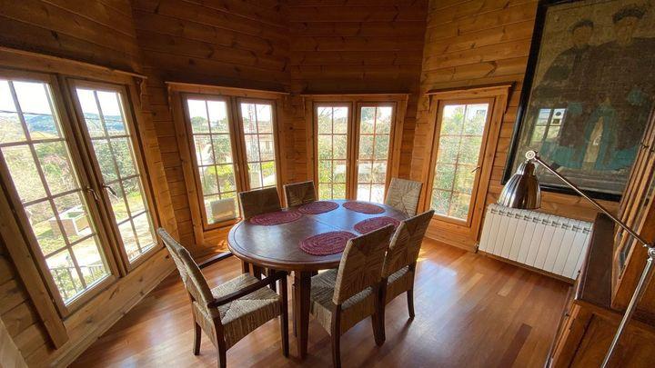 Y sí, por dentro es toda de madera, aunque de madera finlandesa. Una casa muy cálida y acogedora.