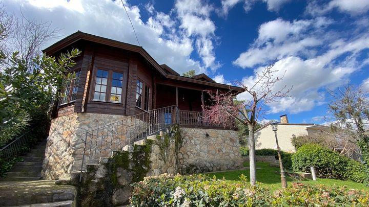 Y esta entrañable casita de madera y piedra junto al pantano de San Juan es primera casa que tuvo el cantante David Otero.