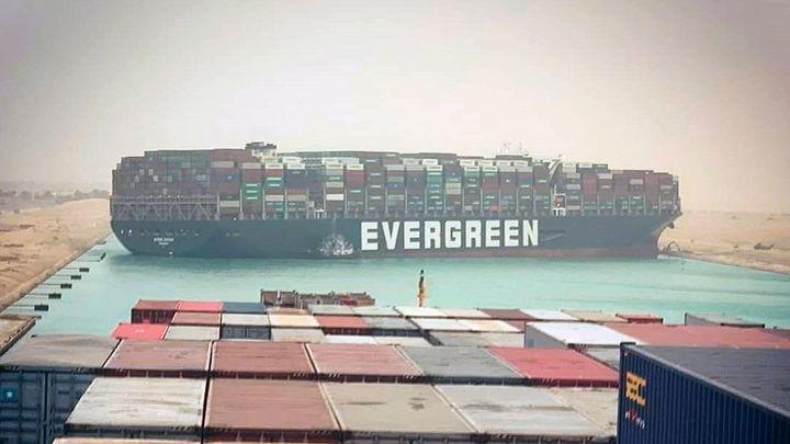 Decenas de barcos bloqueados en el Canal de Suez por un buque taiwanés