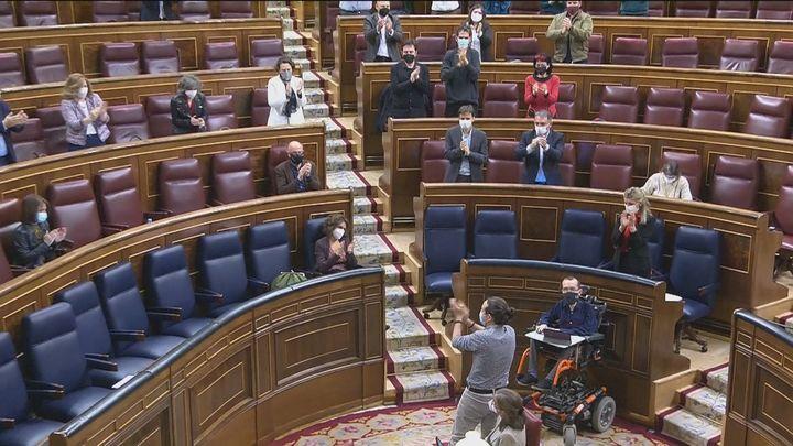 Iglesias dice adiós al Congreso con lágrimas y un recuerdo para las víctimas del franquismo