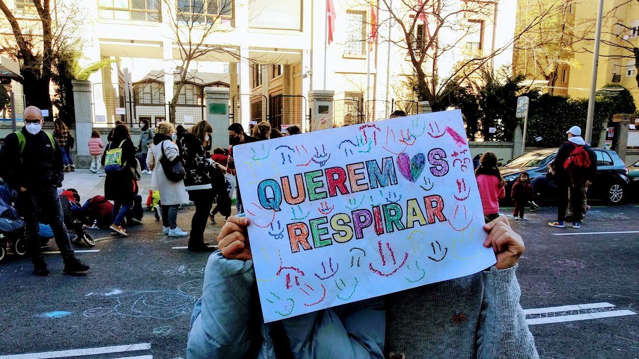 Escolares del colegio Rufino Blanco exhiben un cartel durante la última Revuelta Escolar