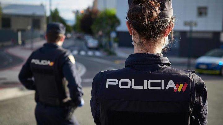 Policías nacionales reaniman a un hombre  que sufrió un infarto en una calle de Ciudad Lineal