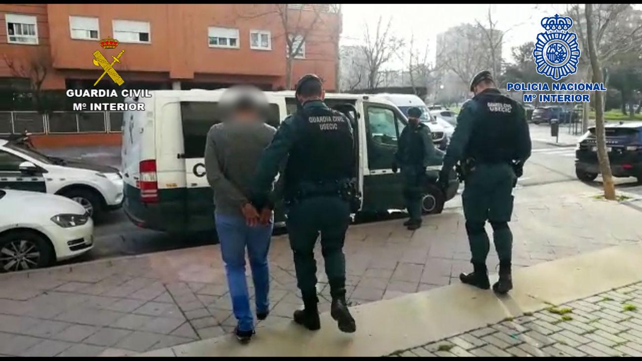 Momento de la detención de uno de los miembros de la banda