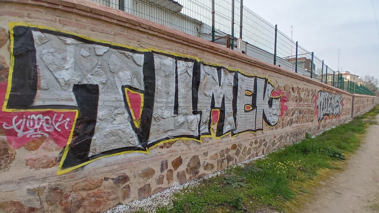 Pintadas en el muro histórico de la Casa de Campo