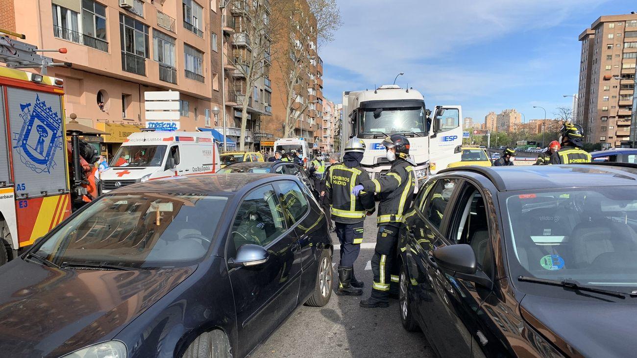 Bomberos del Ayuntamiento separan los vehículos implicados en el accidente
