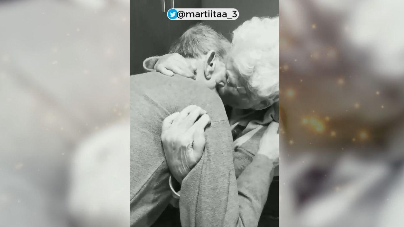 El emotivo reencuentro de dos abuelos tras semanas sin verse