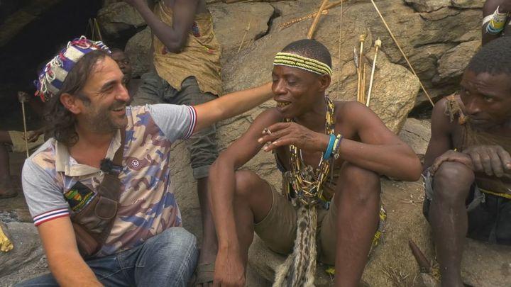 Conocemos a los bosquimanos de Tanzania y nos enseñan su su forma de vida