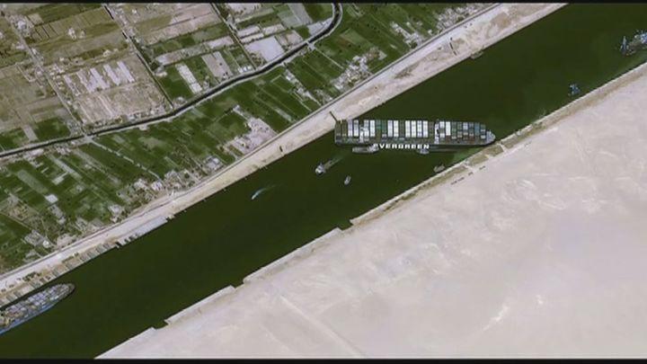 Avanzan los trabajos para desatascar el Canal de Suez mientras 230 barcos están a la espera de que se reabra