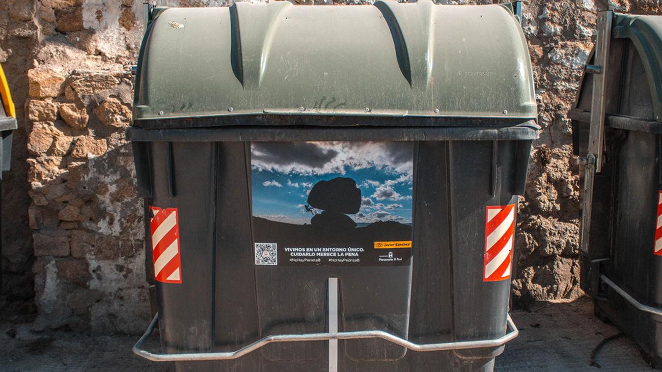 Uno de los contenedores con la imagen de un escalador en La Pedriza