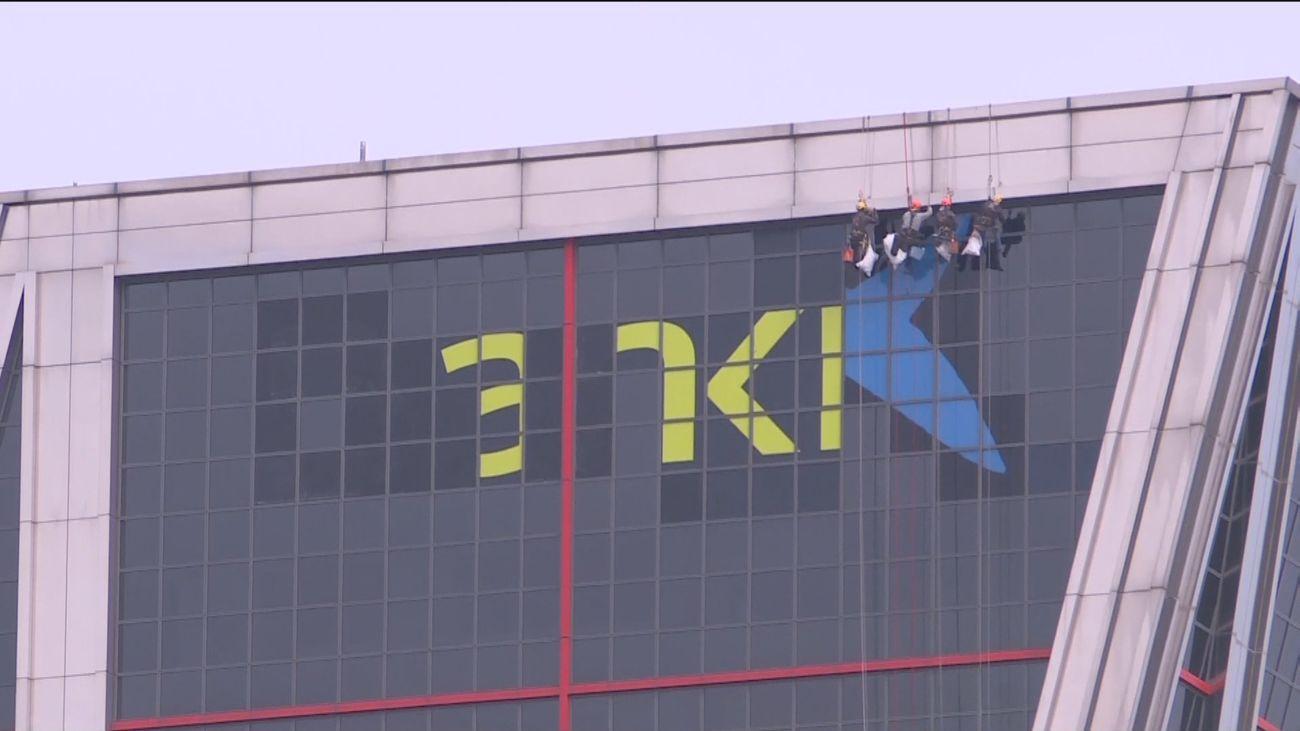 La estrella azul de CaixaBank ya luce en las Torres Kio