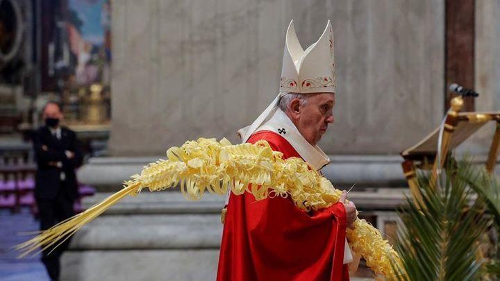 """El Papa reivindica una fe que no esté """"corroída por la costumbre"""" en una reducida misa del Domingo de Ramos"""