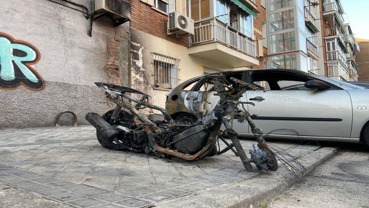Un incendio presuntamente intencionado quema varios vehículos en Puente de Vallecas