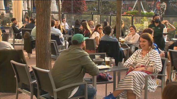 Los madrileños disfrutan del 'tardeo' en un domingo sin aglomeraciones en el centro