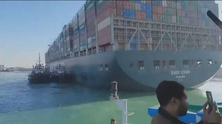 Reflotan el barco varado en el Canal de Suez, pero habrá que esperar para reabrir el tráfico marítimo
