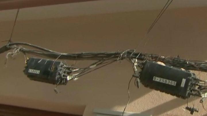 El arreglo chapuza en San Fernando de Henares tras denunciar que los cables de fibra le impedían entrar en su casa