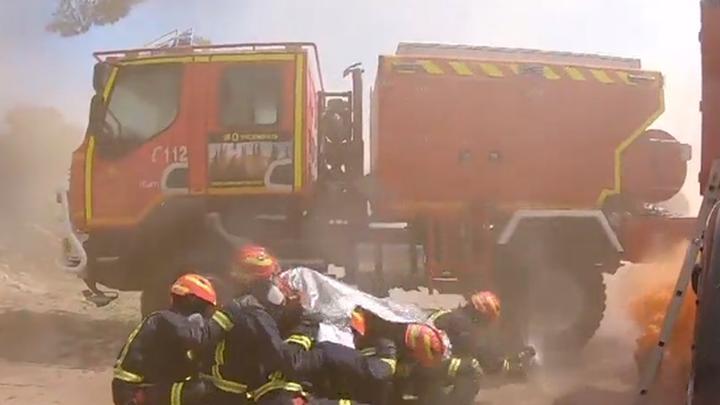 Los bomberos de la Comunidad de Madrid practican para evitar quedar atrapados en un incendio forestal
