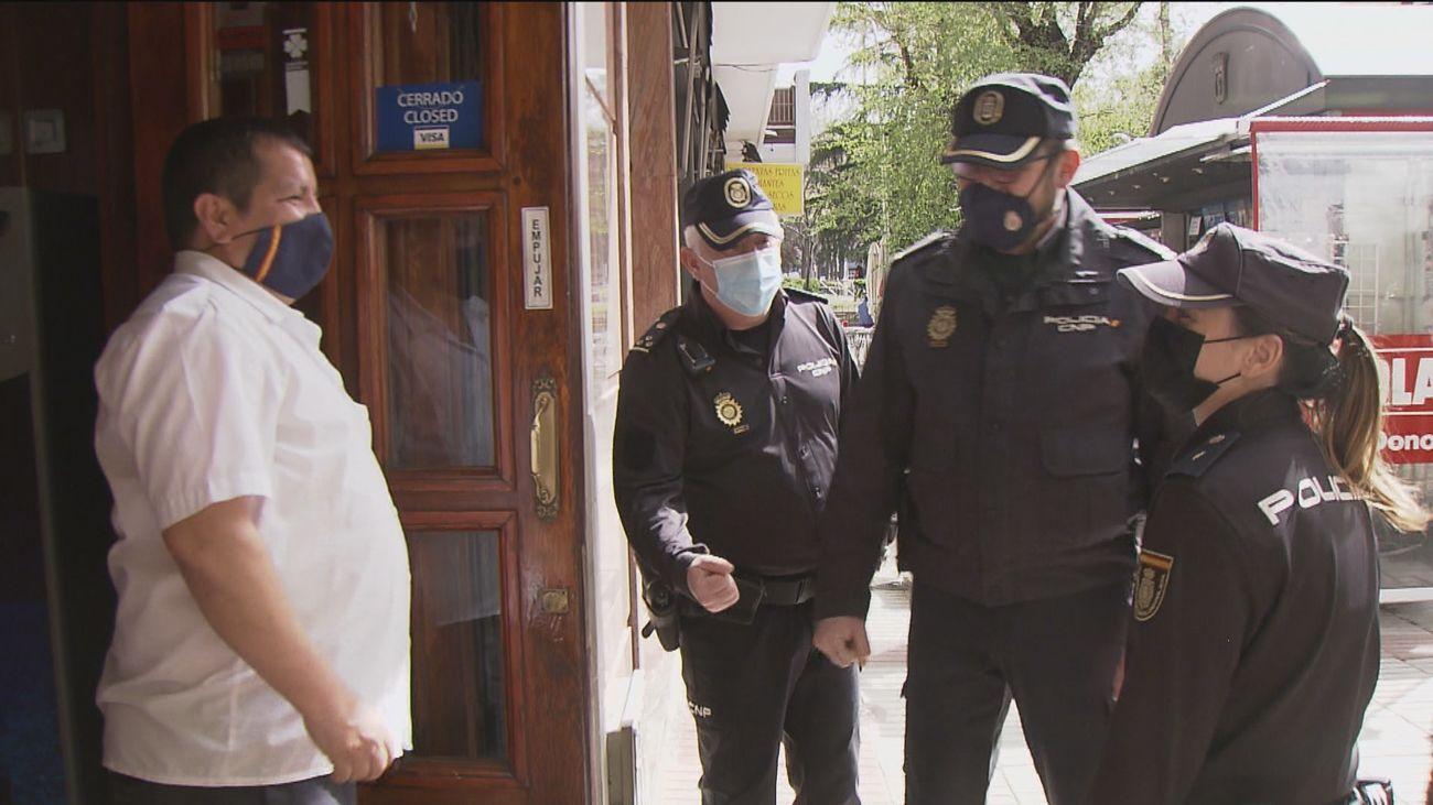 Héroes de Ciudad Lineal: tres policías salvan la vida a un cliente de un bar que sufrió un paro cardiaco