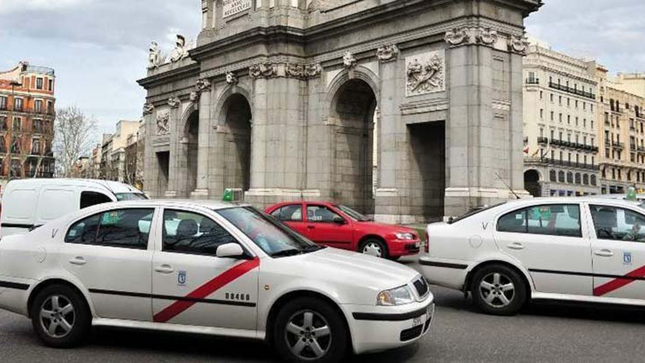Taxis pasando frente a la Puerta de Alcalá