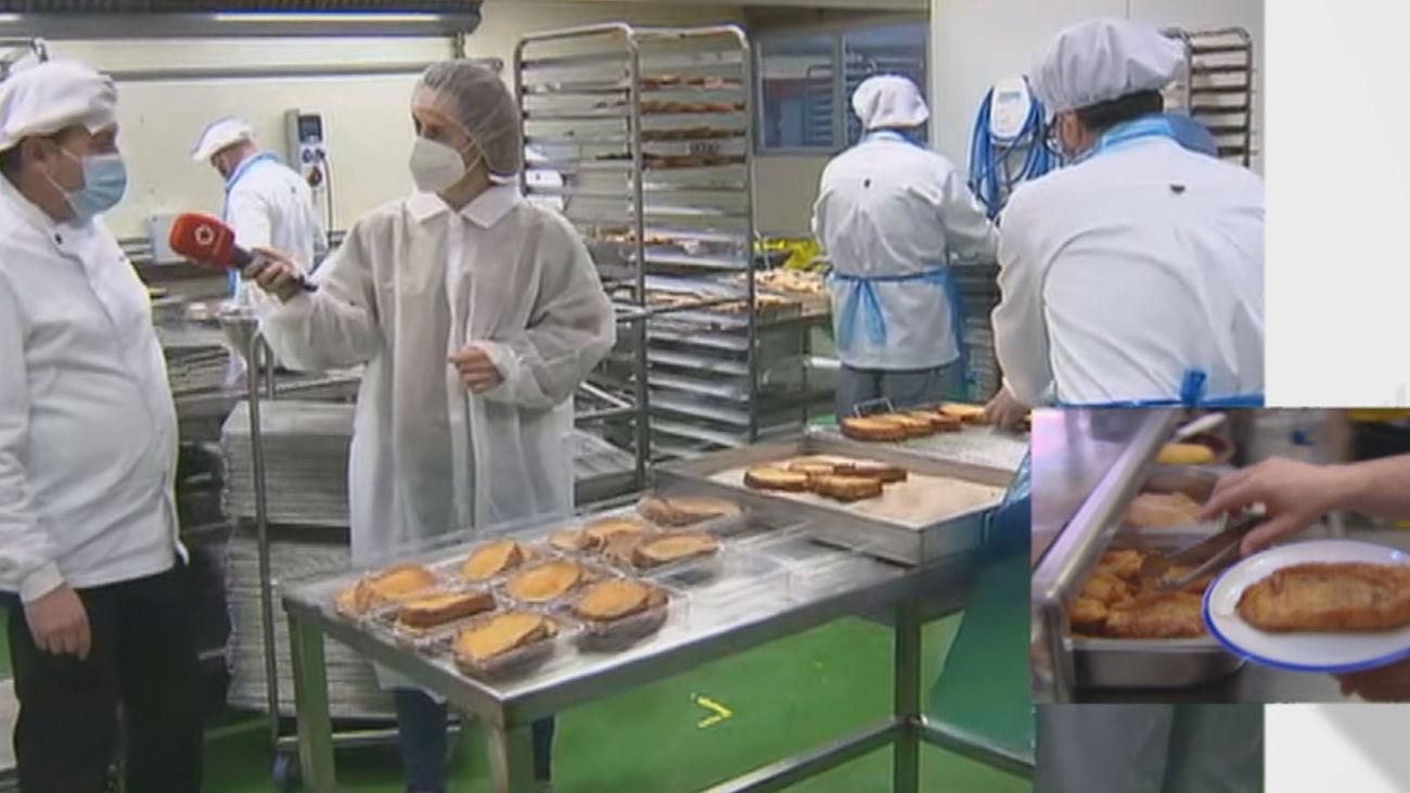 Unas 12.000 torrijas artesanales al día se elaboran en el obrador de Valdemoro en esta Semana Santa