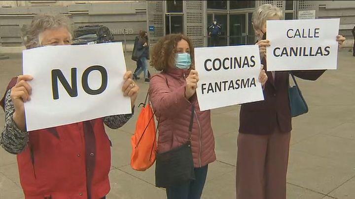 Protesta de vecinos de Tetuán y Prosperidad en Cibeles  contra las 'cocinas fantasmas' en sus barrios