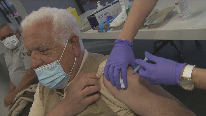 """Primeras vacunas con AstraZeneca a los madrileños de 60 a 65 años, que acuden """"con ganas"""" y """"cautela"""""""