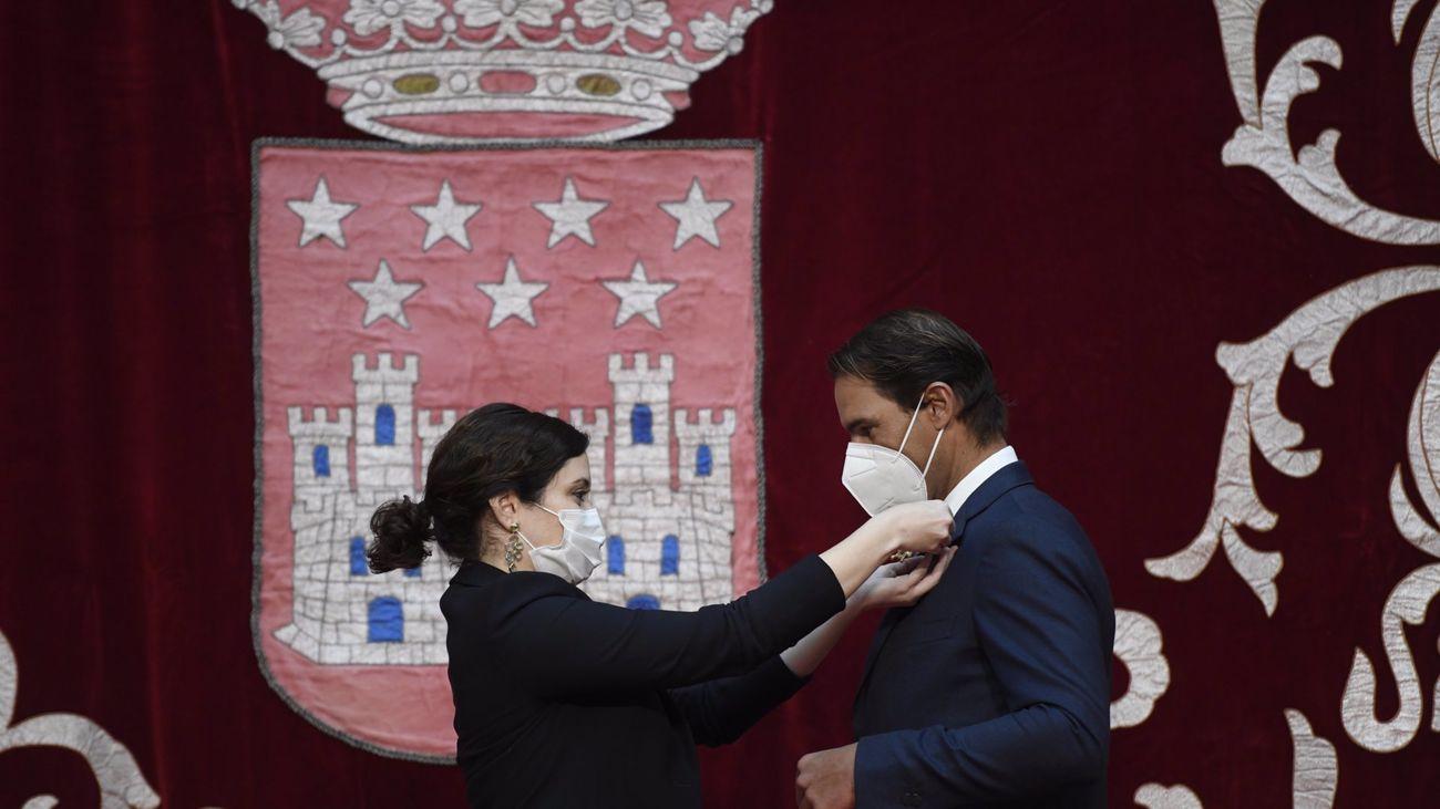 Rafael Nadal es condecorado por la presidenta de Madrid con la Gran Cruz de la Comunidad de Madrid