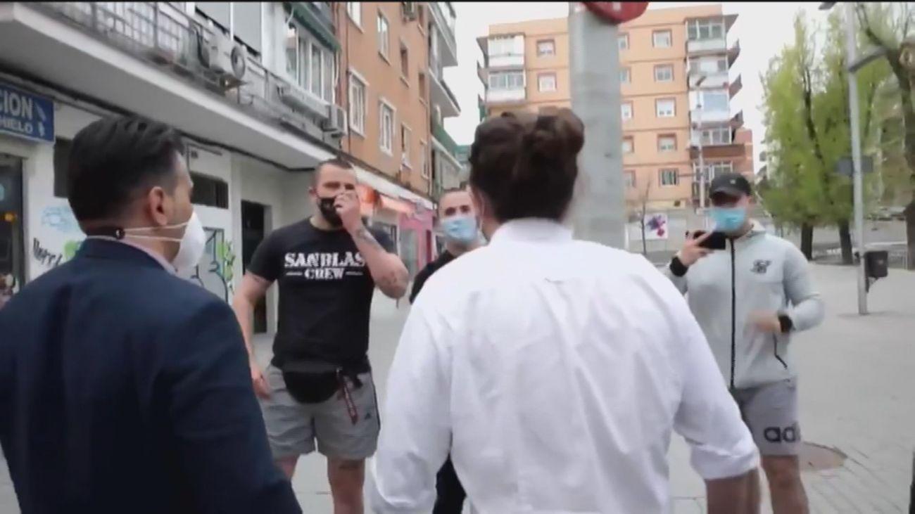 Pablo Iglesias se encara con los desconocidos que le increpaban en Coslada en su estreno como candidato