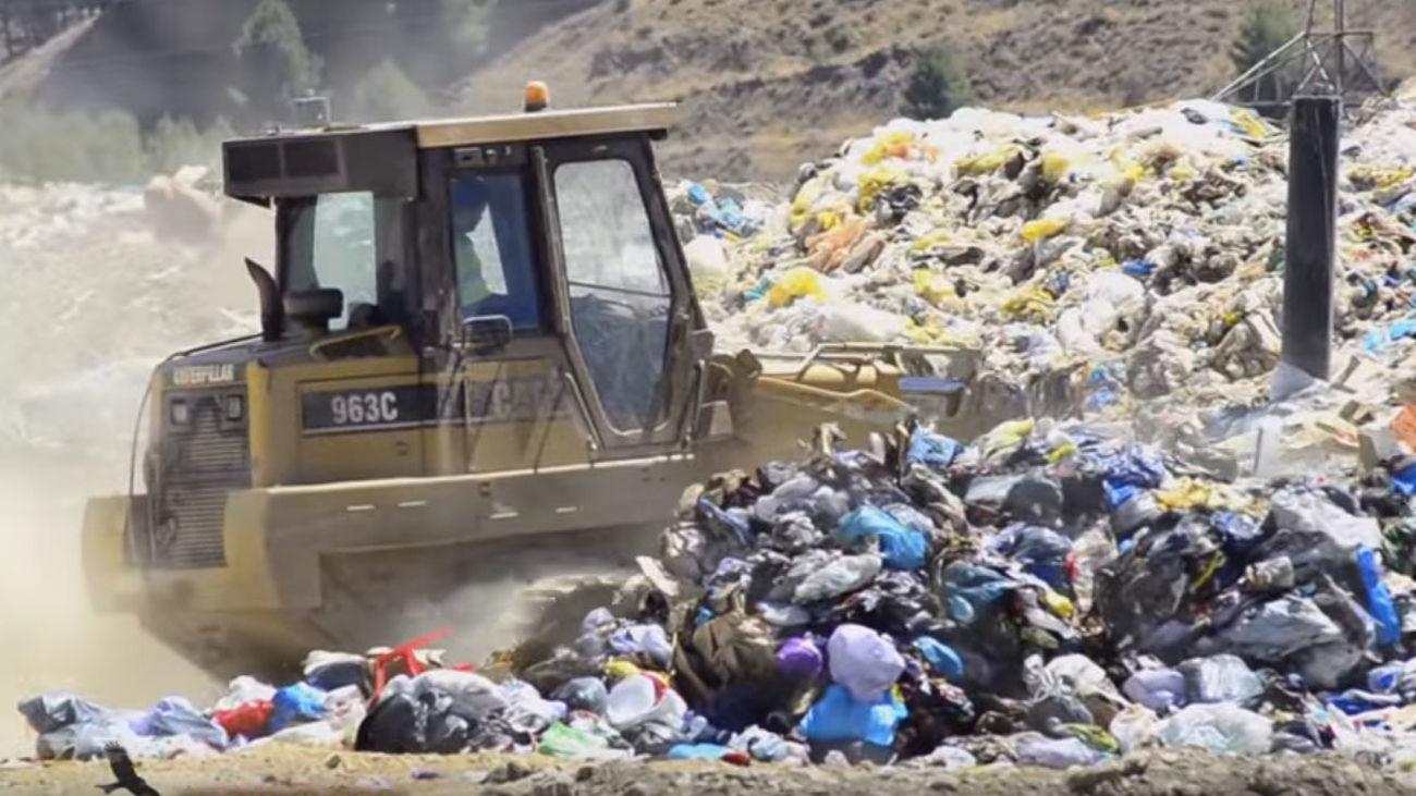 Una máquina trabajando entre basuras en el vertedero de Valdemingómez