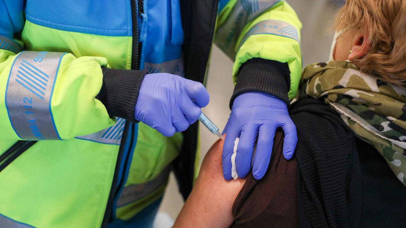Mujer recibiendo vacuna