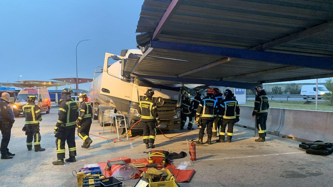 El camión empotrado contra un aparcamiento en Madrid